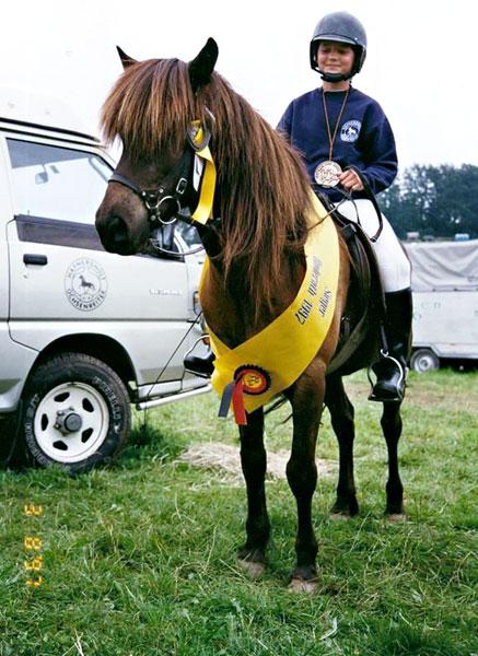 Ina Ochsenreiter mit Kolbeinn, 1997: deutsche Meisterin in der Kinderklasse in der Geschicklichkeit und Vizemeisterin im Viergang